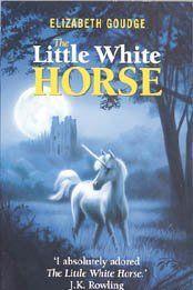 Маленькая белая лошадка в серебряном свете луны